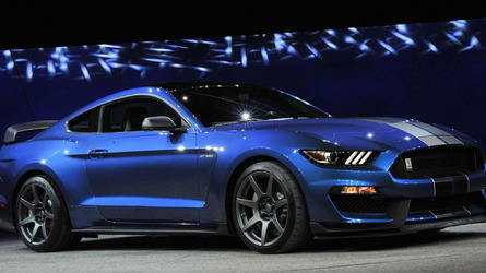 Ford Shelby GT350R Mustang beats the Chevrolet Camaro Z/28 at Grattan Raceway