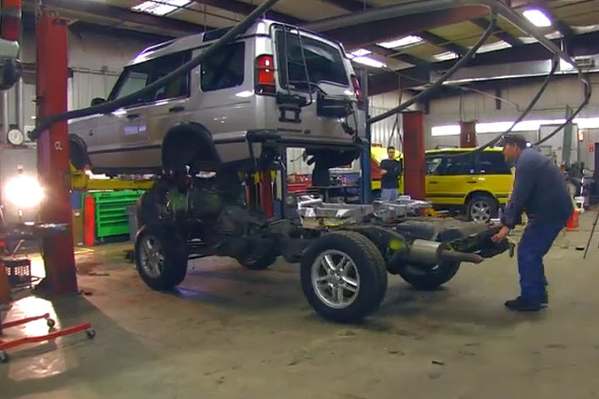 How to Swap A Land Rover Discovery Frame in Just 4 Minutes [video]