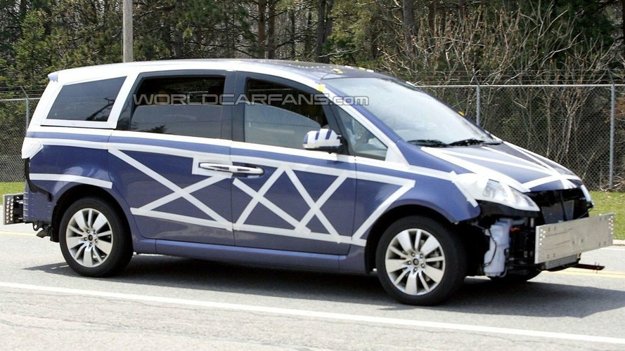 New Roewe MPV Spied