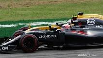 Jenson Button, McLaren MP4-31 and Kevin Magnussen, Renault Sport F1 Team RS16 battle for position