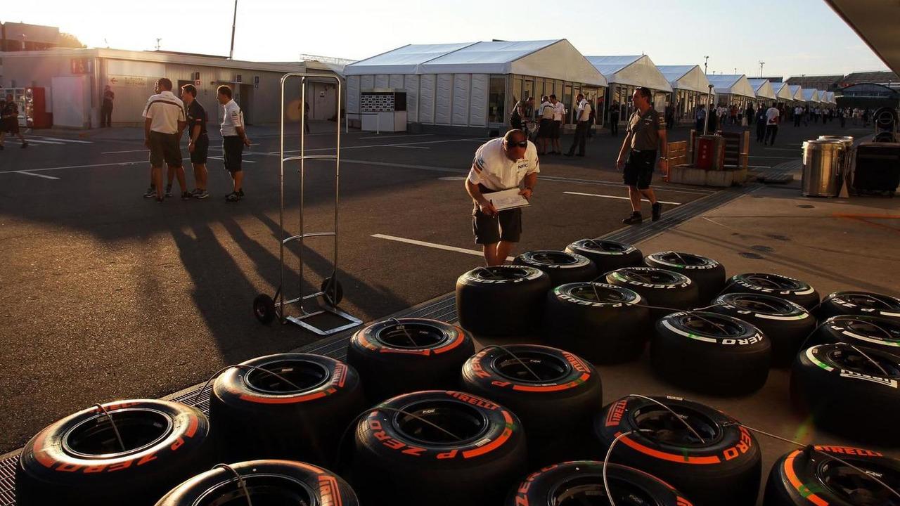 Sauber mechanic with Pirelli tyres 10.10.2013 Japanese Grand Prix