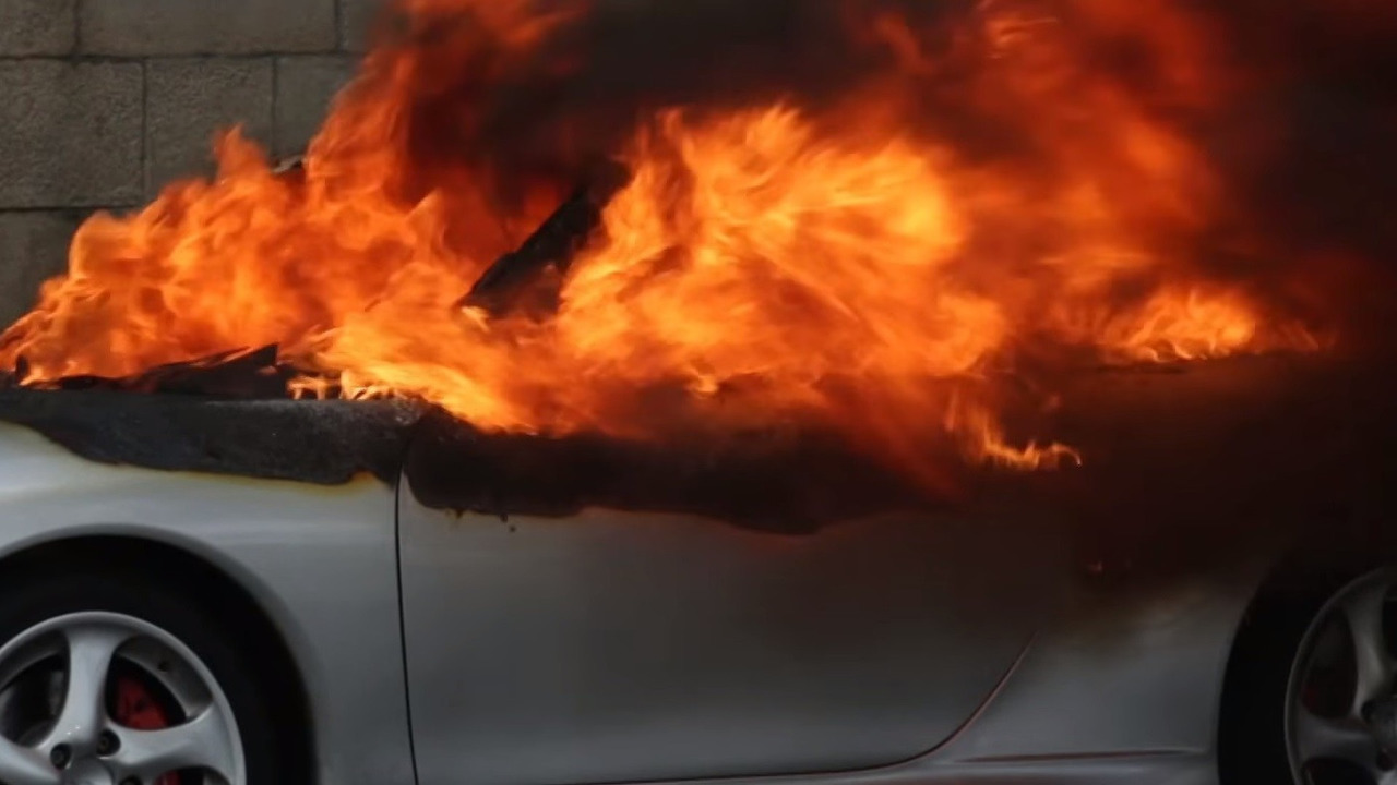 Porsche 911 set on fire by French protestors