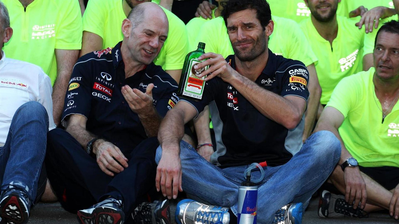 Adrian Newey passes over the bottle of Jagermeister to Mark Webber 17.11.2013 United States Grand Prix