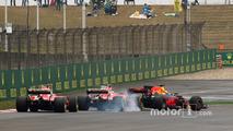 Daniel Ricciardo, Red Bull Racing RB13, leads a locked-up Kimi Raikkonen, Ferrari SF70H and Sebastian Vettel, Ferrari SF70H