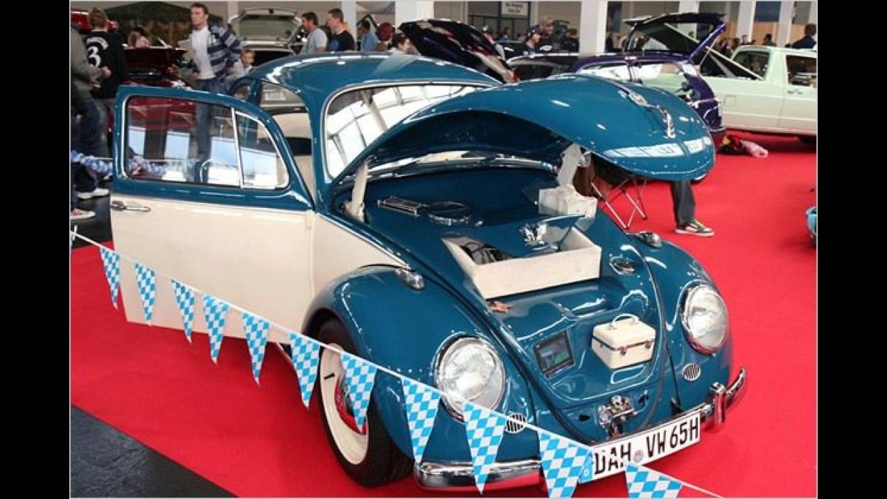 Die Dame von Welt bringt ihre Pflegeutensilien sorgsam geordnet im VW Käfer unter