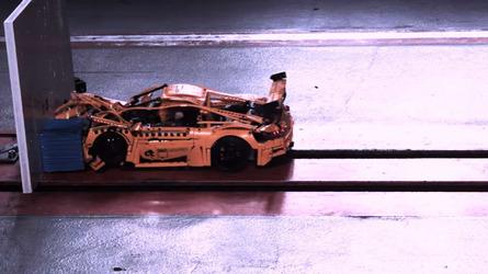 Así queda un Porsche 911 de Lego Technic después de un crash test