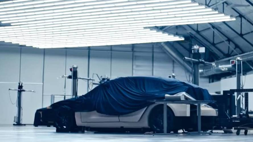 Egy rejtélyes modell is feltűnt a Tesla videójában