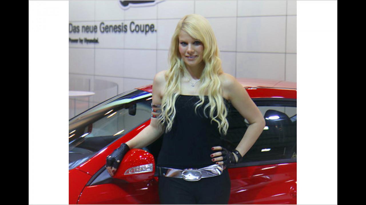 Bei Hyundai begrüßt uns dieser blonde Engel