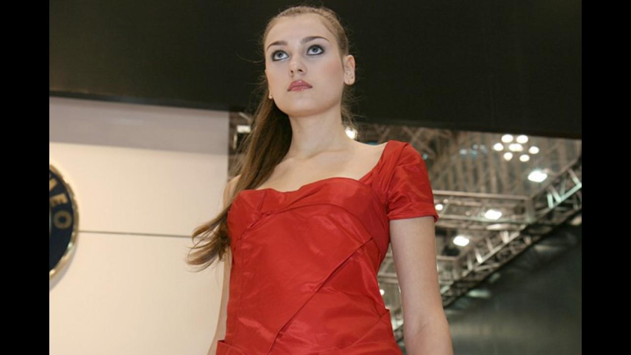 Warum nur schaut Alfas Rotkleidchen so ängstlich? Zuviele japanische Besucher?