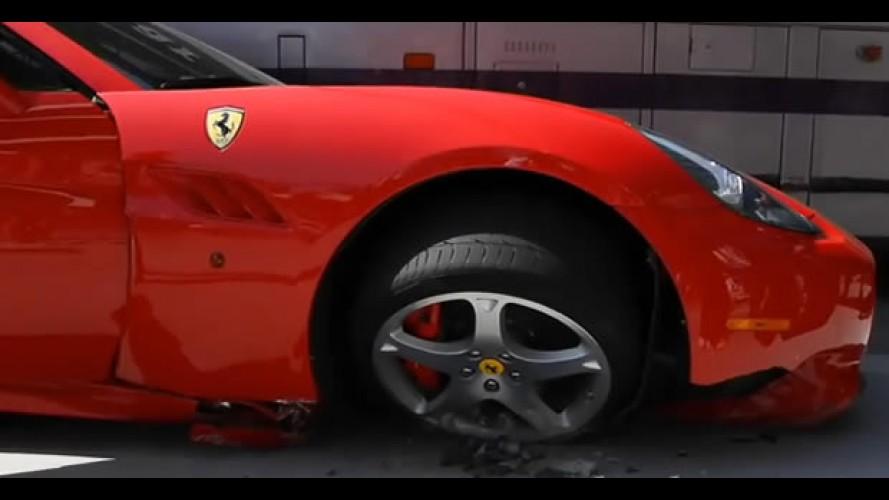 VÍDEO: Ferrari California é atropelada por ônibus em Beverly Hills