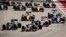 Daniil Kvyat, Scuderia Toro Rosso STR11 and Fernando Alonso, McLaren MP4-31 at the start of the race