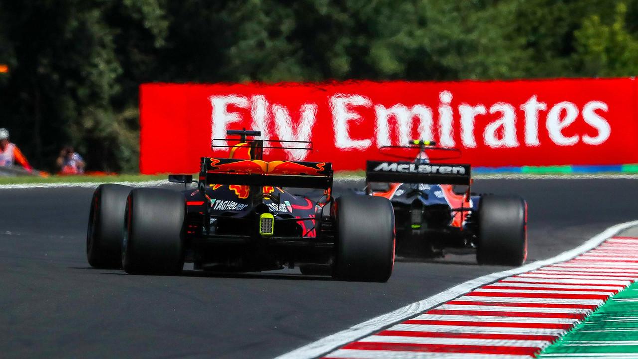 Stoffel Vandoorne, McLaren MCL32 y Daniel Ricciardo, Red Bull Racing RB13