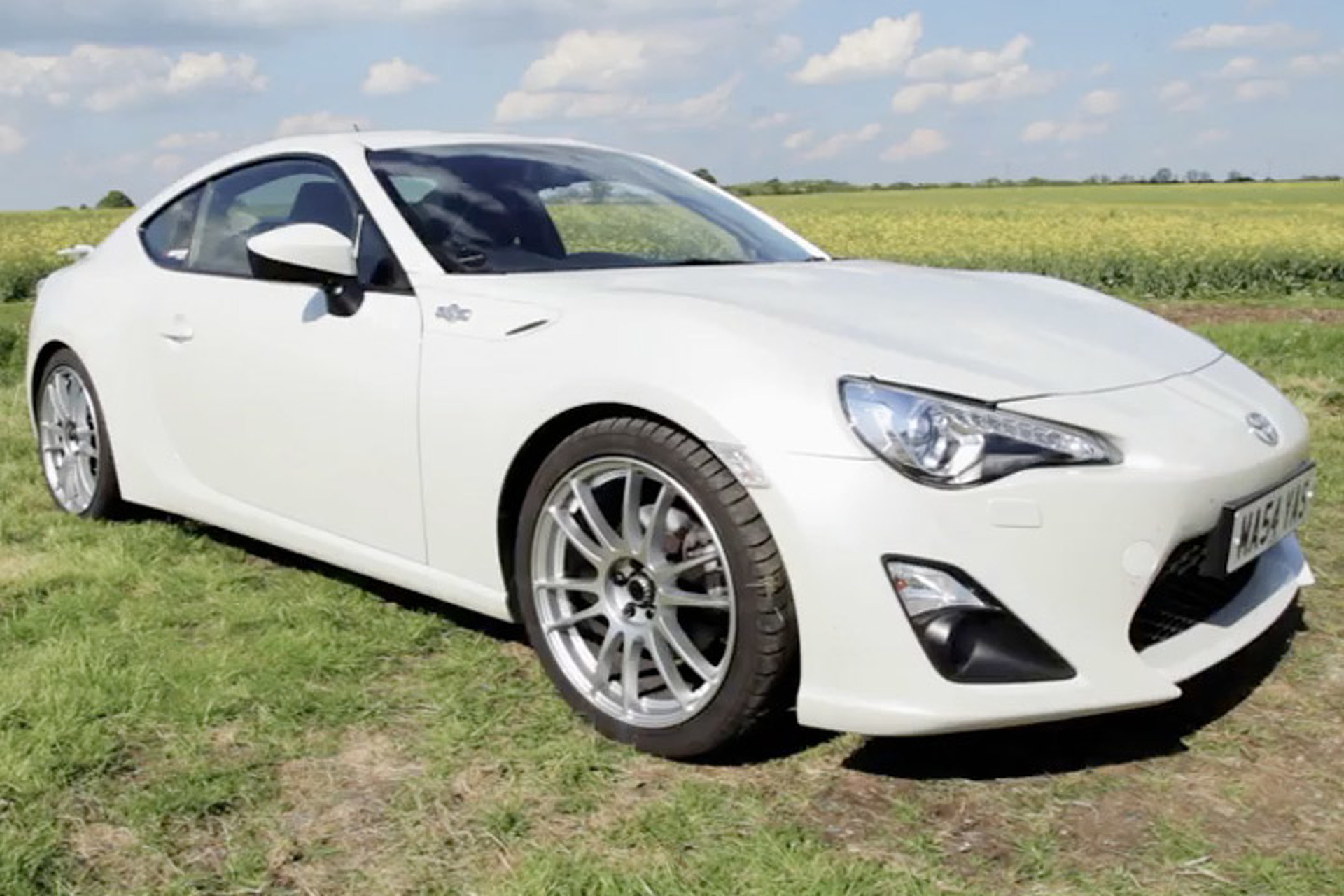 Which is Better: A Pretty GT86 or a Supercharged GT86? [video]
