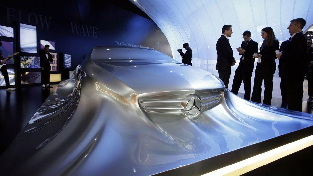 Mercedes-Benz Rising Car Sculpture live in Detroit, NAIAS 11.01.2010