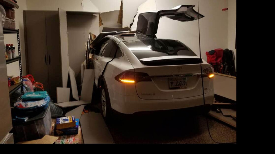 Un Tesla Model X finit encastré dans un mur et provoque la colère de son propriétaire