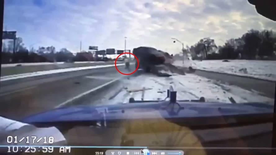 Çekici şoförü, arkadan çarpan araçtan son anda kurtuldu