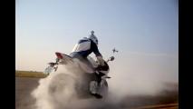 Moto x avião: Triumph Daytona 675R enfrenta Extra 330LX!