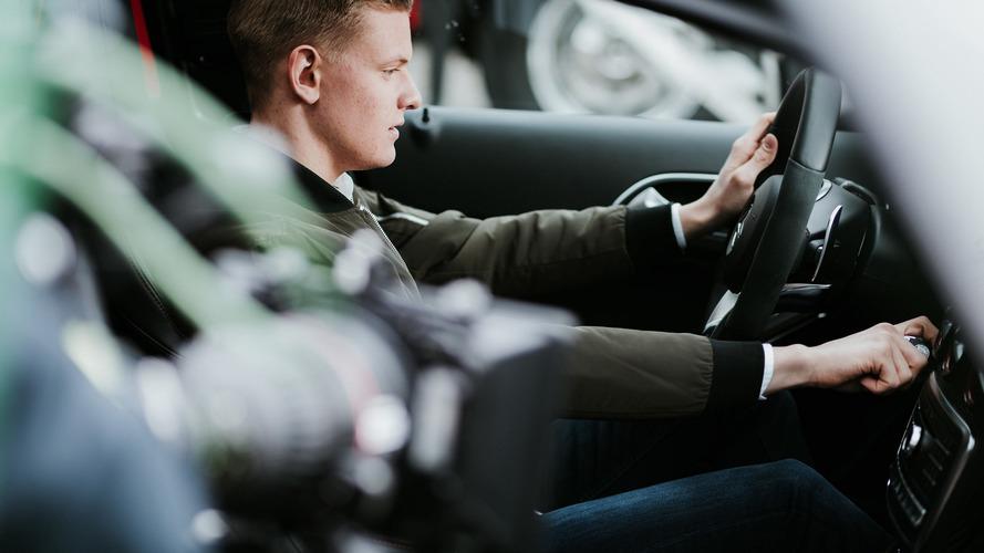 Mick Schumacher aprende a conducir... un coche de calle