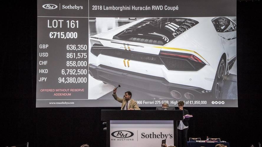 Papa'nın imzaladığı Lamborghini Huracan inanılmaz bir fiyata satıldı