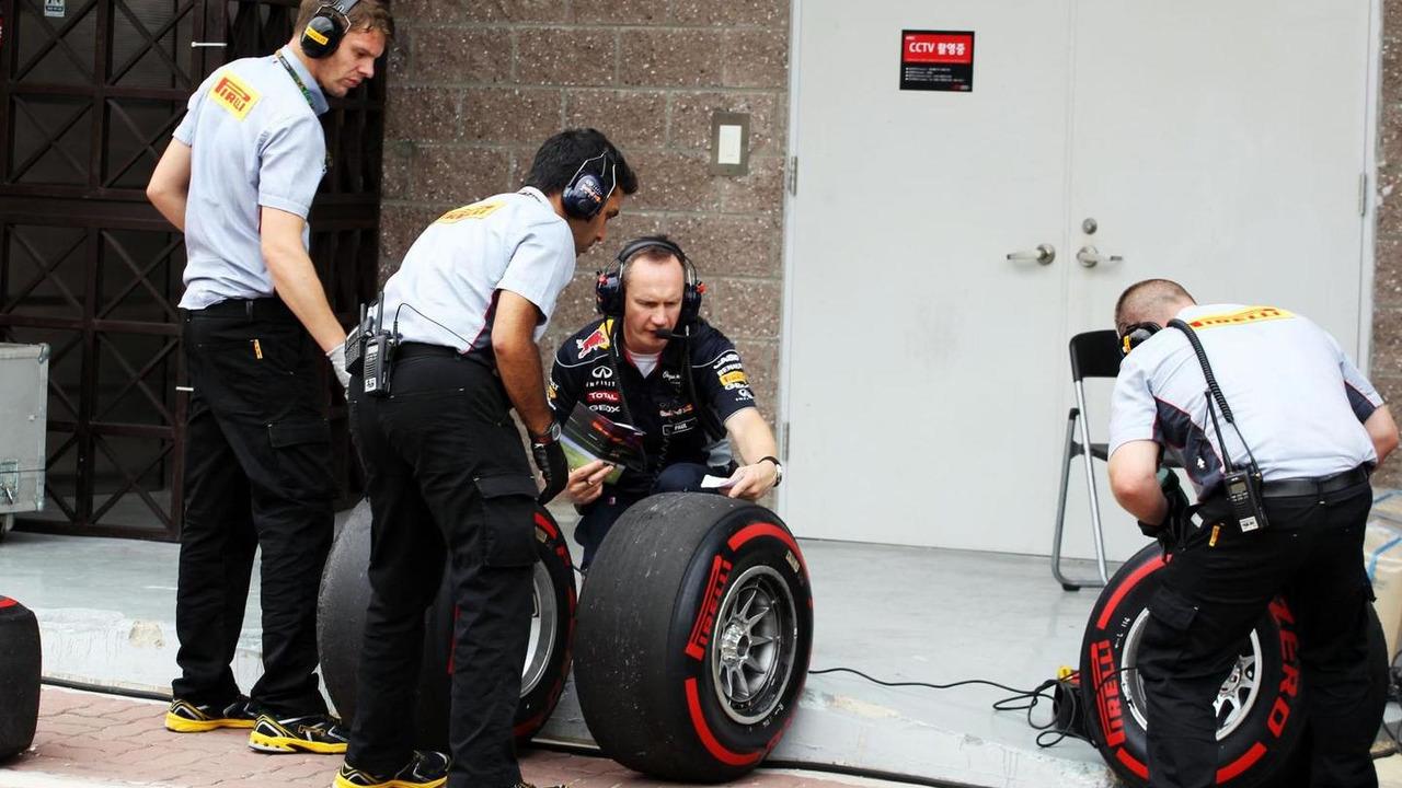 Paul Monaghan with Pirelli Tyre Engineers 06.10.2013 Korean Grand Prix