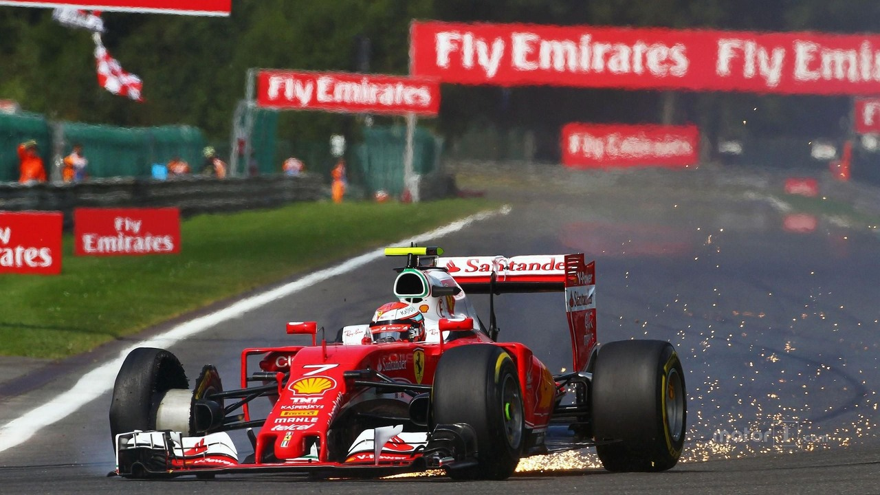 Kimi Raikkonen, Ferrari SF16-H with a puncture at the start of the race