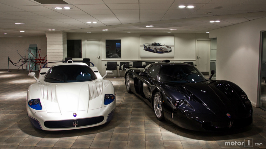 photos deux maserati mc12 dans une concession londres. Black Bedroom Furniture Sets. Home Design Ideas