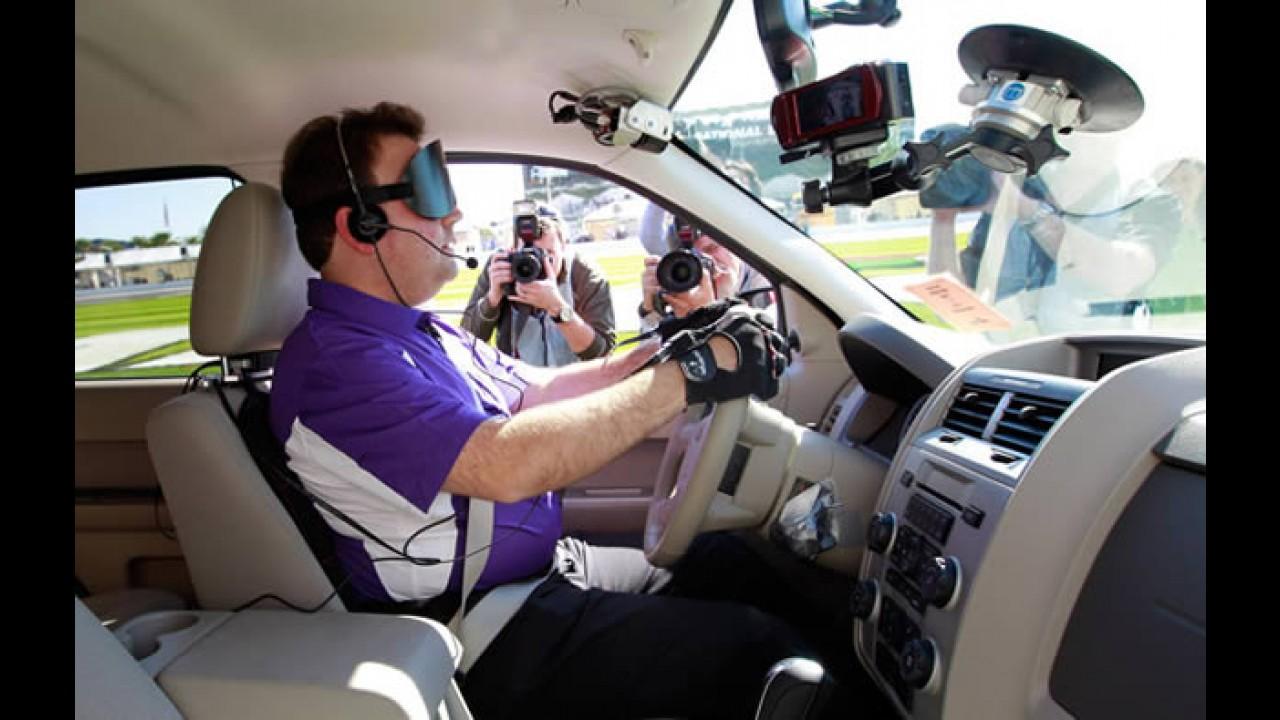 Deficiente visual guia um Ford Escape em Daytona