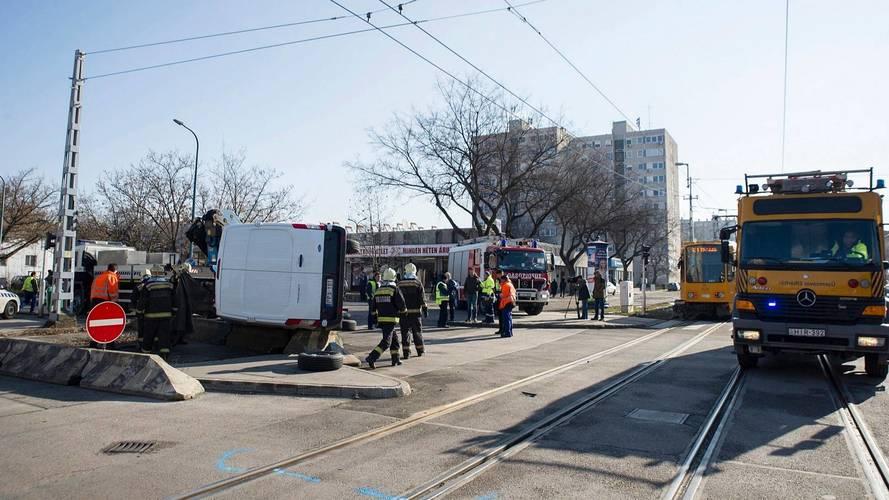 Elsöpört az útjából egy kisteherautót a 62A villamos