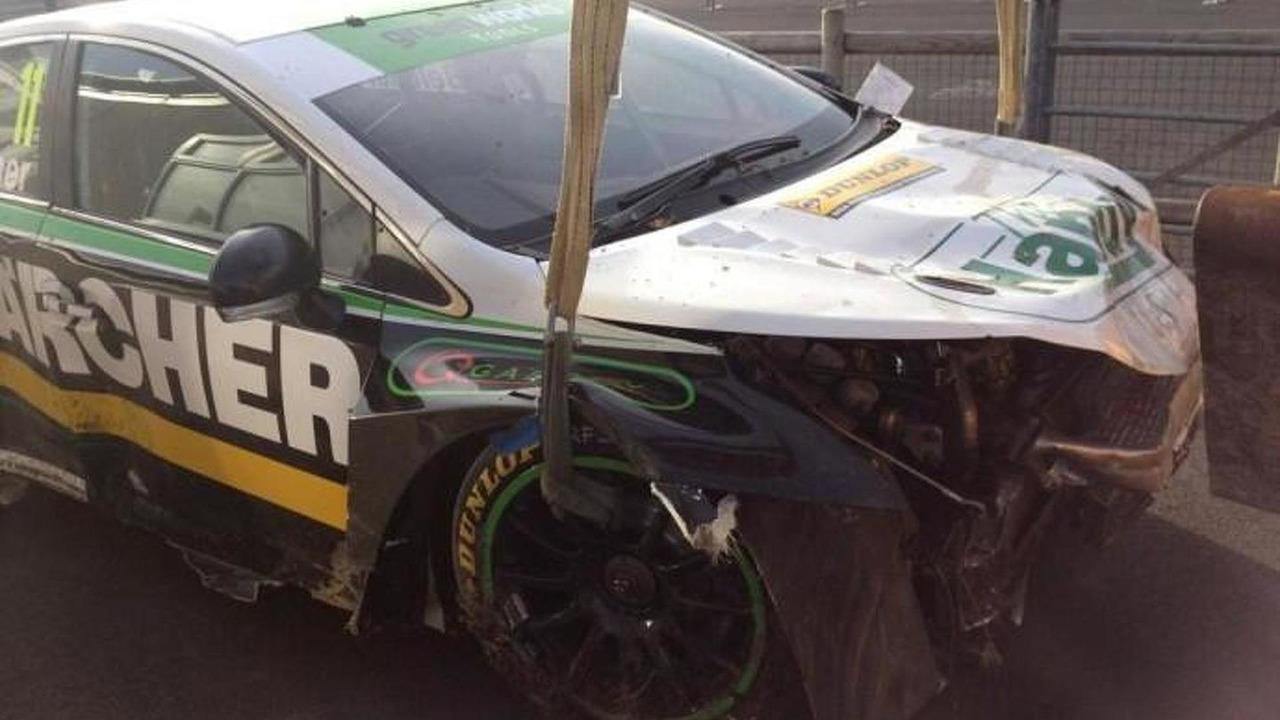 Simon Belcher's crashed Toyota Avensis / BTCC