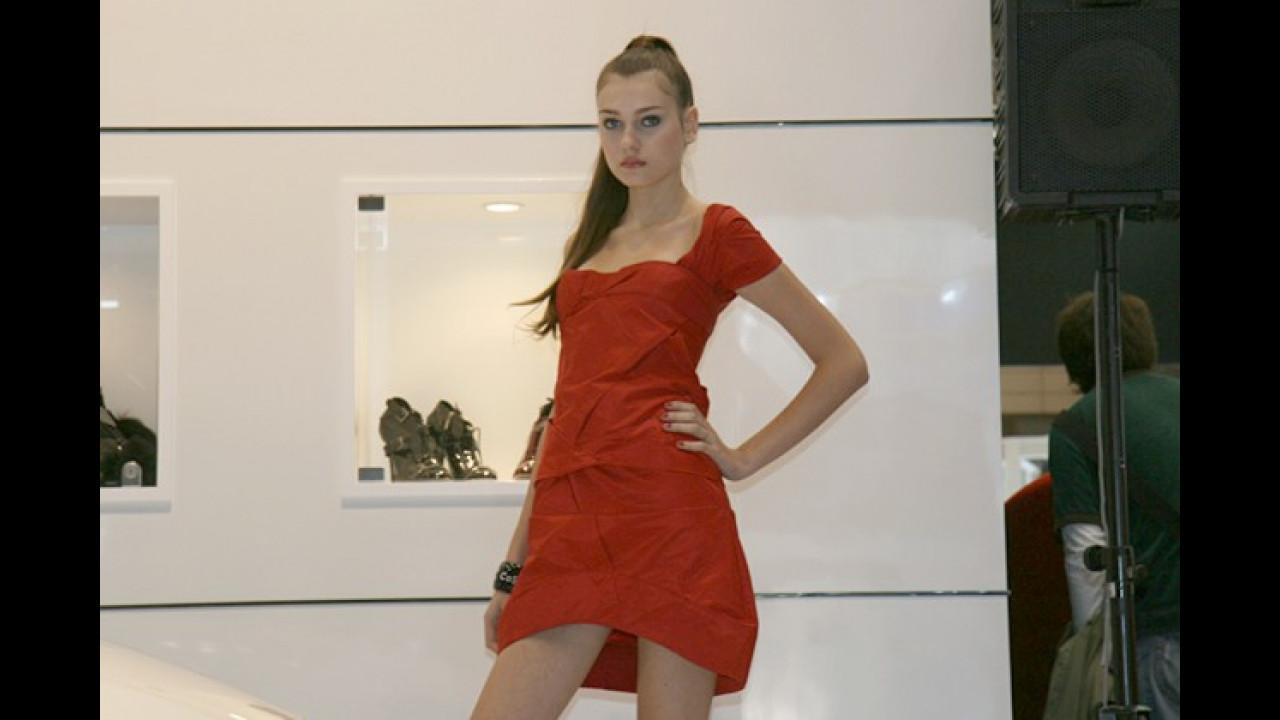 Rot-Weiß, die Zweite. An der Passform ihres Kleides sollte diese kühle Gazelle aber noch arbeiten