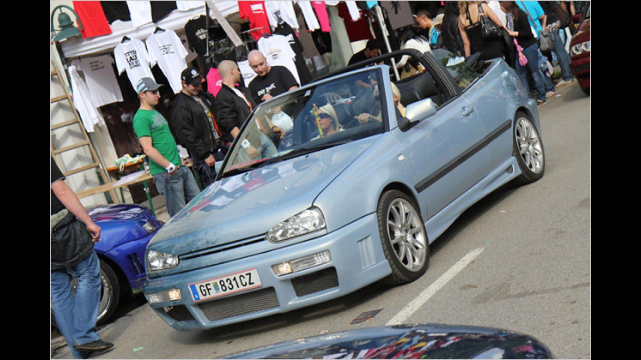 Heiße Blondinen im babyblauen Golf Cabrio gibt es nie zu oft