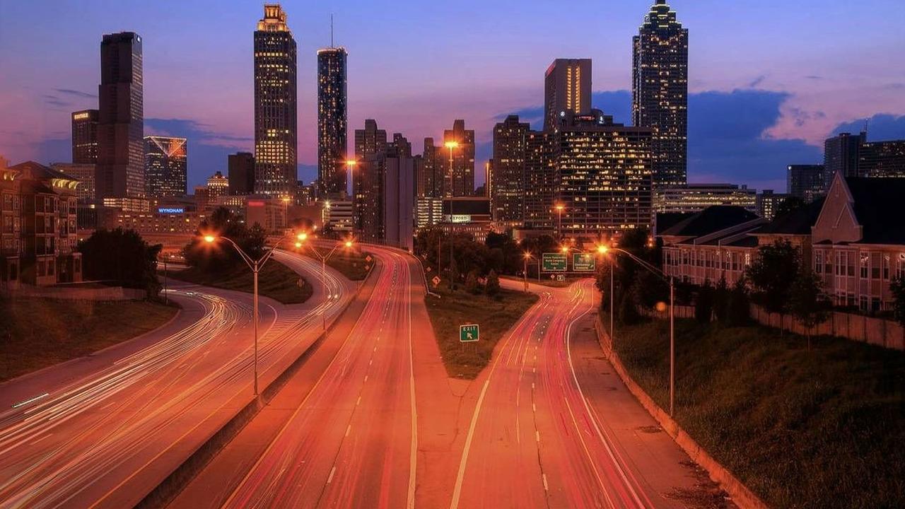 The Atlanta skyline at dusk with traffic streaming through the city - Atlanta Motor Speedway, Labor Day Classic 500, NASCAR, Sprint Cup Series, 05.09.2009 Atlanta, USA