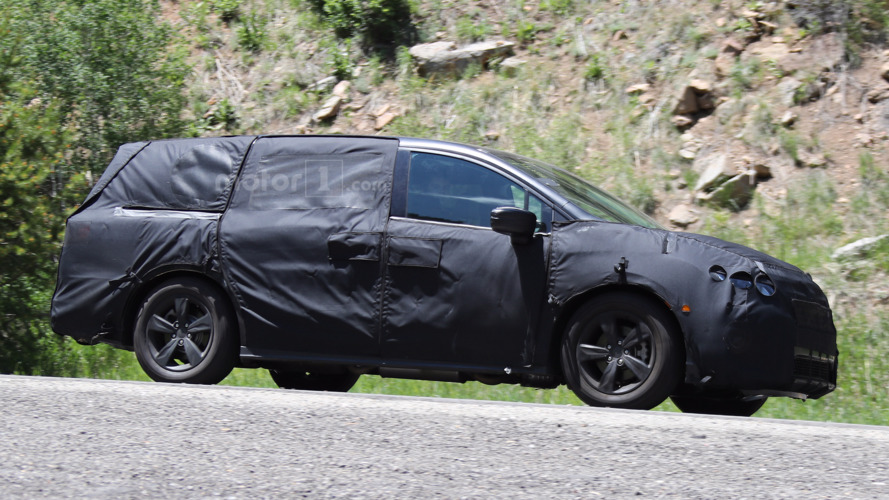 "2017 Honda Odyssey spied again, ditches ""lightning bolt"" design"
