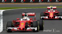 Sebastian Vettel, Ferrari SF16-H takım arkadaşı Kimi Raikkonen'in, Ferrari SF16-H önünde