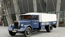 The Number One even 75 years ago: the reconstructed Mercedes-Benz Lo2750 in the original style used by the motor sports department in the 1930s.