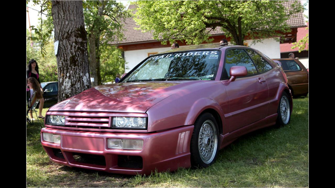 Dieser VW Corrado schaut ziemlich grimmig aus der Wäsche, vielleicht gefällt ihm seine Lackierung nicht.