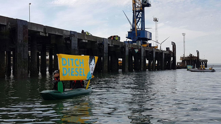 Greenpeace Activists Storm Ship To Stop VW Diesel Imports In UK