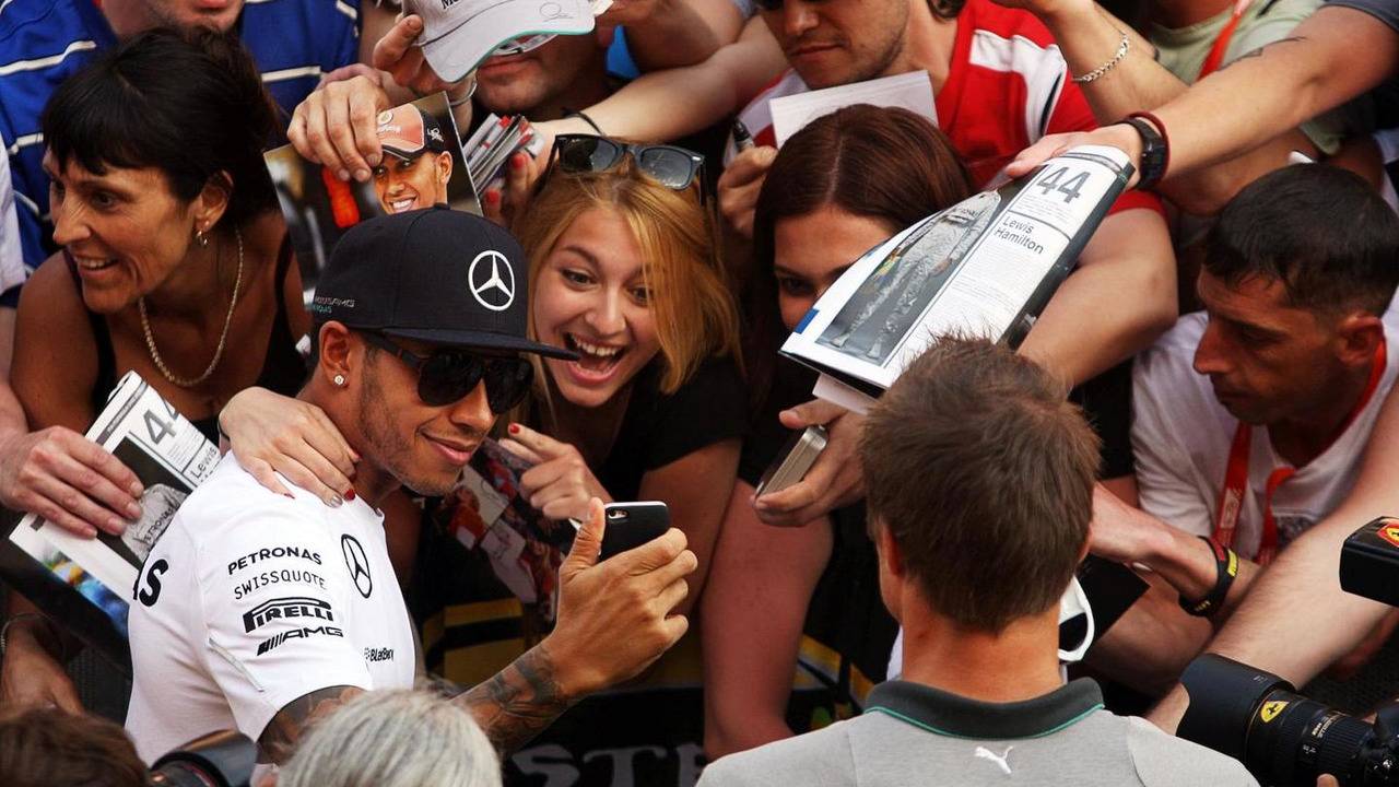 Lewis Hamilton (GBR) takes a selfie with the fans in the pits, 08.05.2014, Spanish Grand Prix, Barcelona / XPB