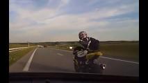 Vídeo: motociclista provoca motorista na estrada e se dá mal
