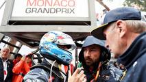 Daniel Ricciardo, Red Bull Racing parle à son ingénieur de course Simon Rennie sur la grille
