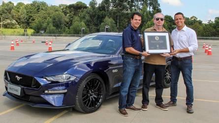 Ford faz entrega de primeira unidade do Mustang no Brasil