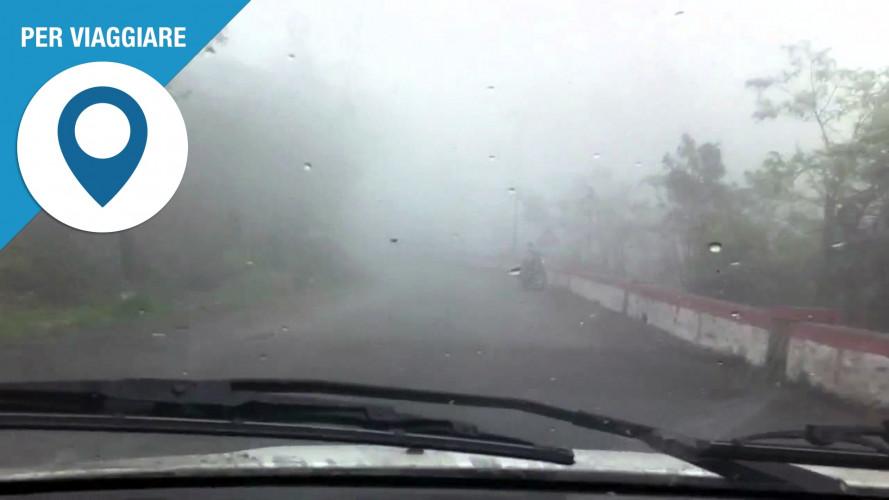 Pioggia e nebbia in arrivo, le regole in auto