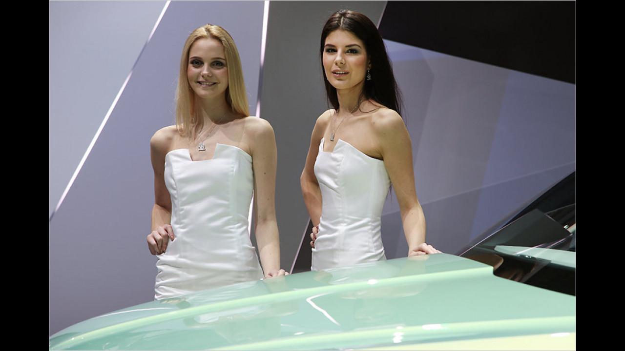 Und wieder fragt Mann sich: Hier gibt es noch nicht mal EINEN Träger ... wie, um alles in der Welt, hält das Kleid?