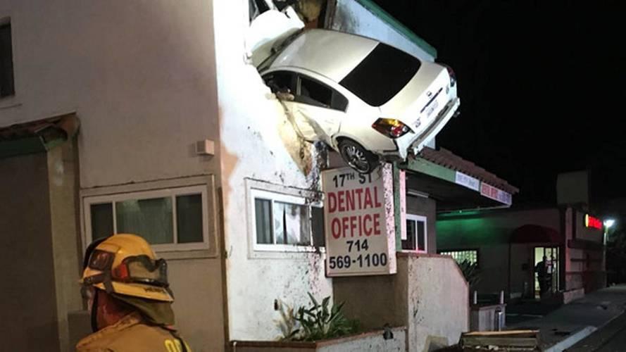 Hız yapan Nissan binanın ikinci katına uçtu
