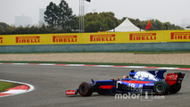 Carlos Sainz Jr., Scuderia Toro Rosso STR12, spins twice at the start