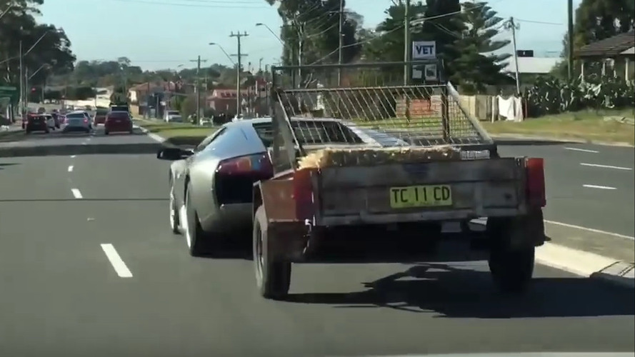 Lamborghini'yle keçi dolu bir römork çekmek