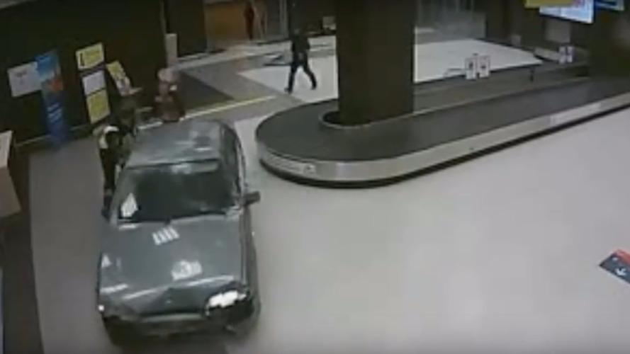 VIDÉO - Ivre, il fait le tour de l'aéroport en voiture