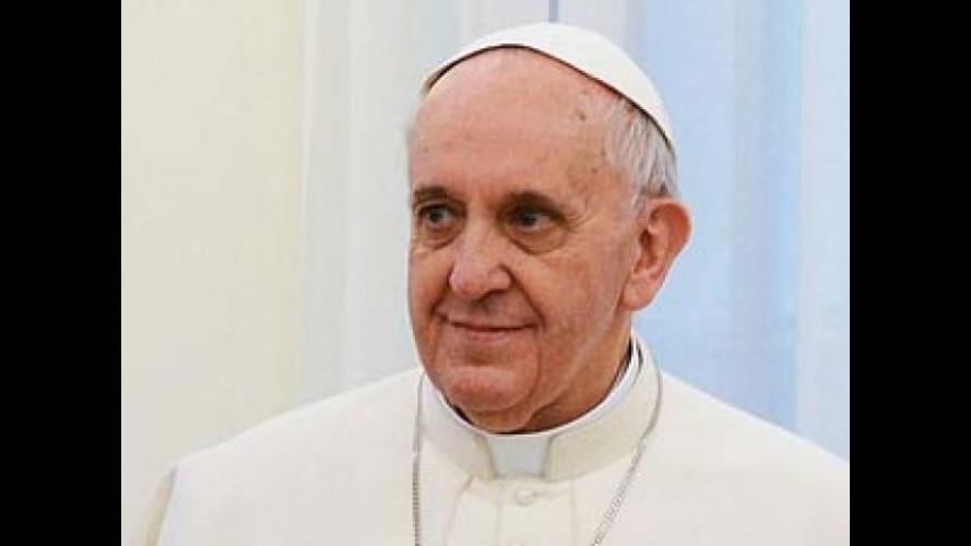 Papa Francesco: preti e suore non comprino auto di lusso
