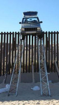 Smugglers in Grand Cherokee stuck on border fence