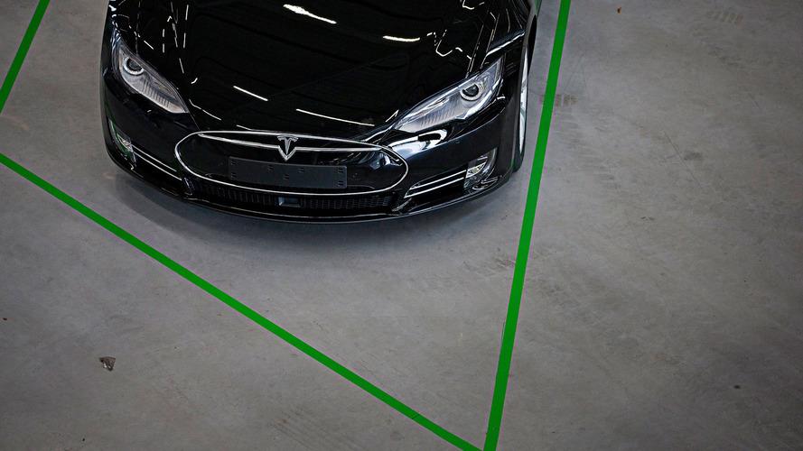 Méretes repedéssel az A-oszlopon szállítottak ki egy Tesla Model S-t